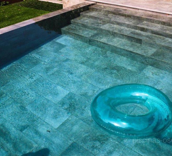 Porcelánico gris en piscina con desborde infinito