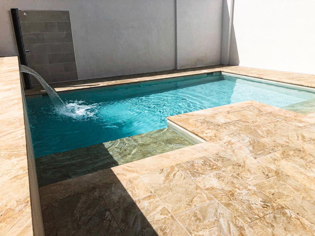 Cuando instalamos una cascada en el muro de la piscina tenemos una piscina de diseño