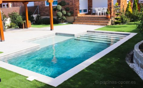 Jardín con piscina y porche