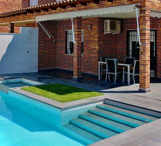 Casa con piscina moderna en el jardín