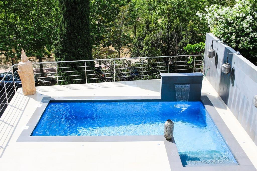 Piscina en terraza de estilo zen con porcelánico azul
