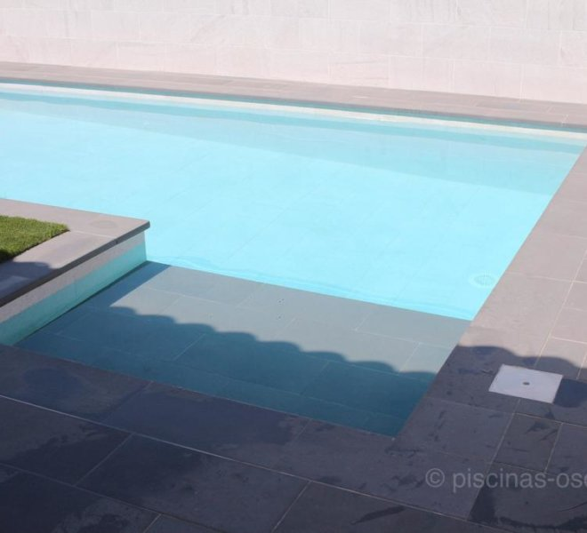 Solarium humero construido en piscina de diseño