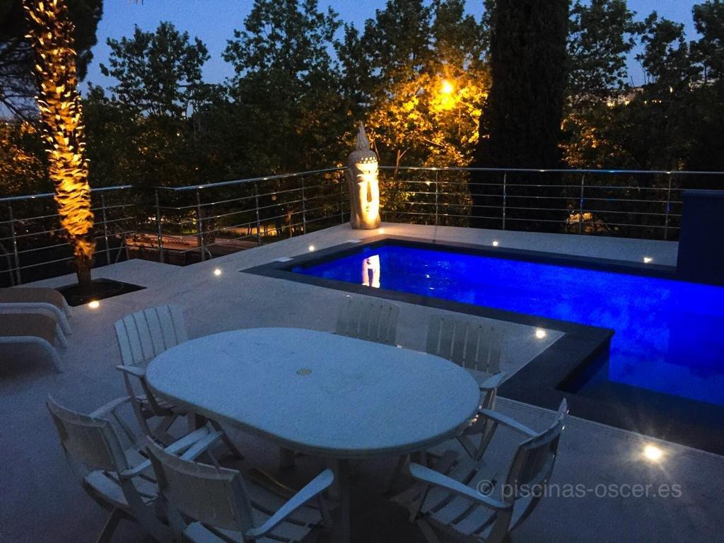 Iluminación de jardín y piscina con luces subacuáticas