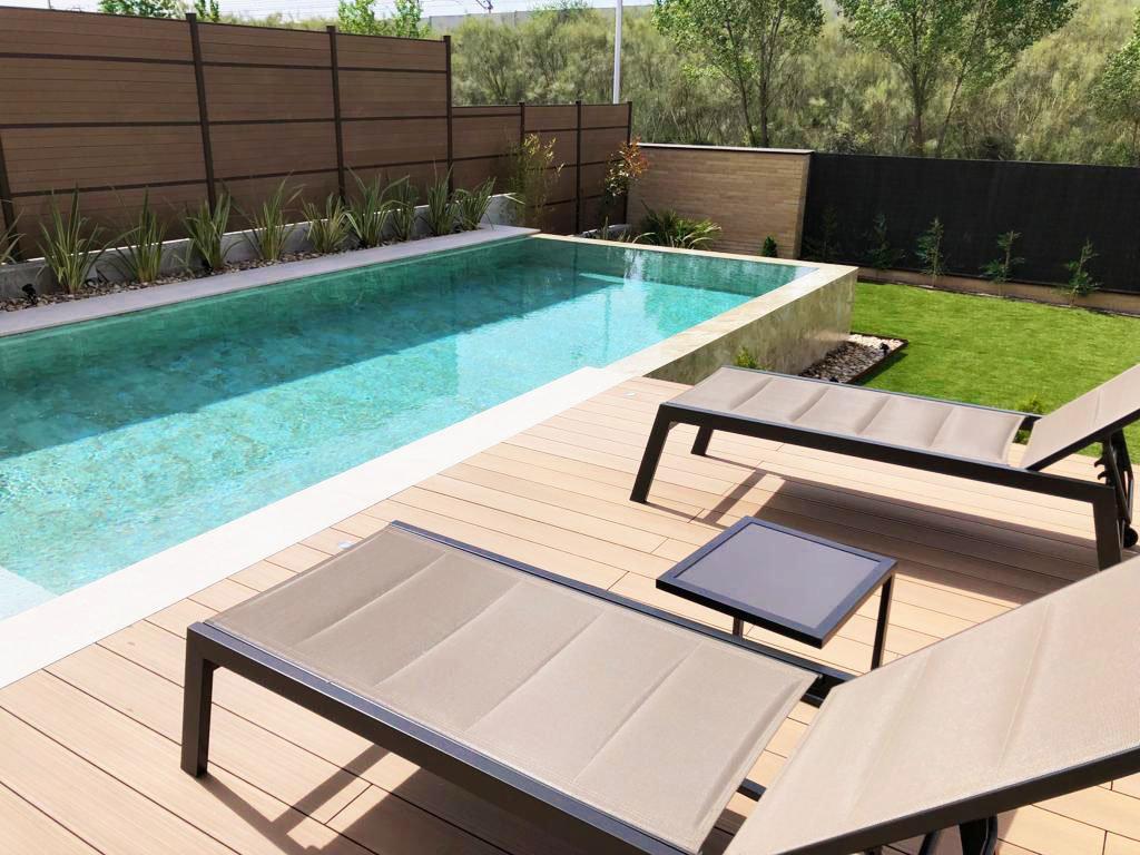 Zona de solarium con hamacas incluido en el diseño del jardín