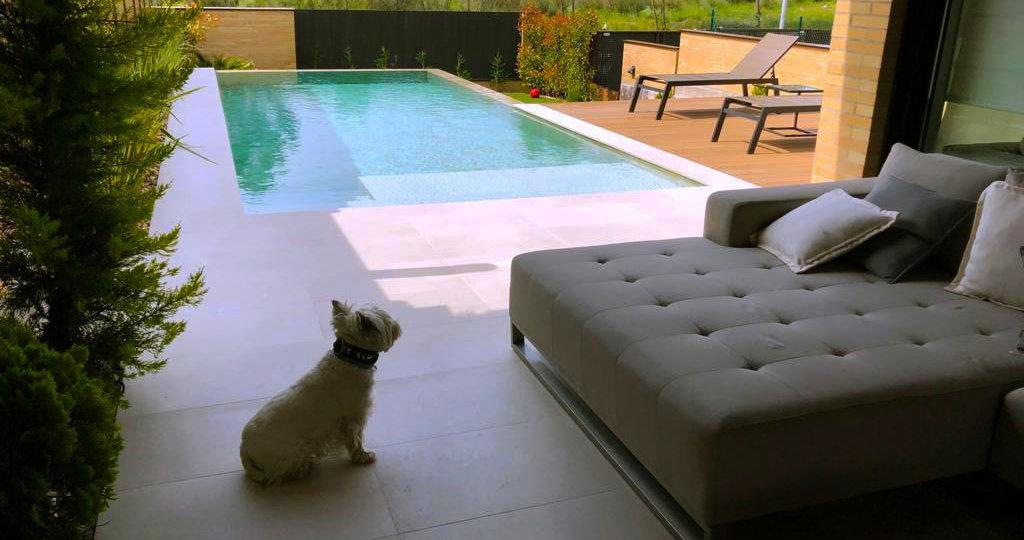 Del porche a la piscina, muy cómoda y segura.