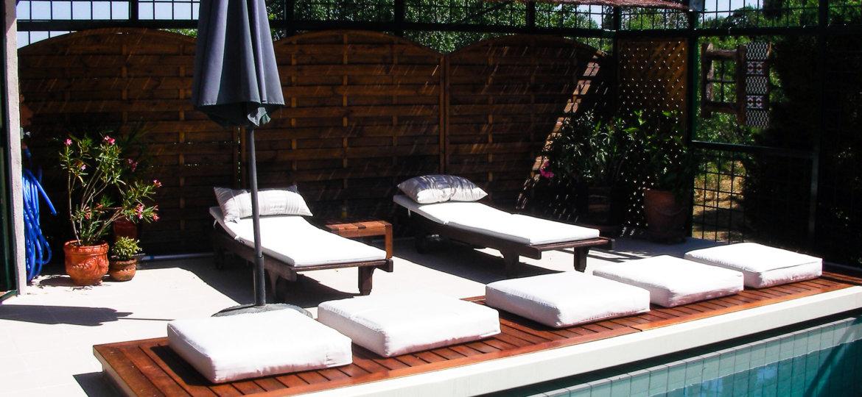 Persiana automática sumergida en piscina desbordante porcelánico