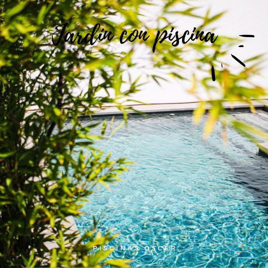 Un pequeño jardín también puede disfrutar de una gran piscina de obra.