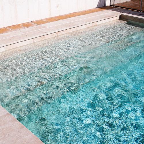 Reforma de piscina de skimmer en porcelánico