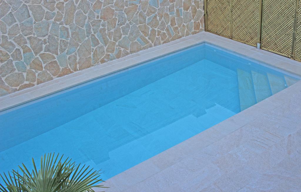 Pequeña piscina en jardín