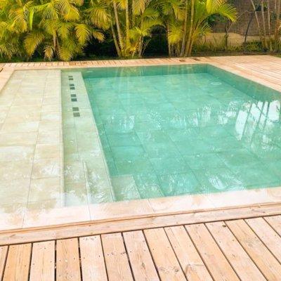 Madera alrededor de piscina desbordante