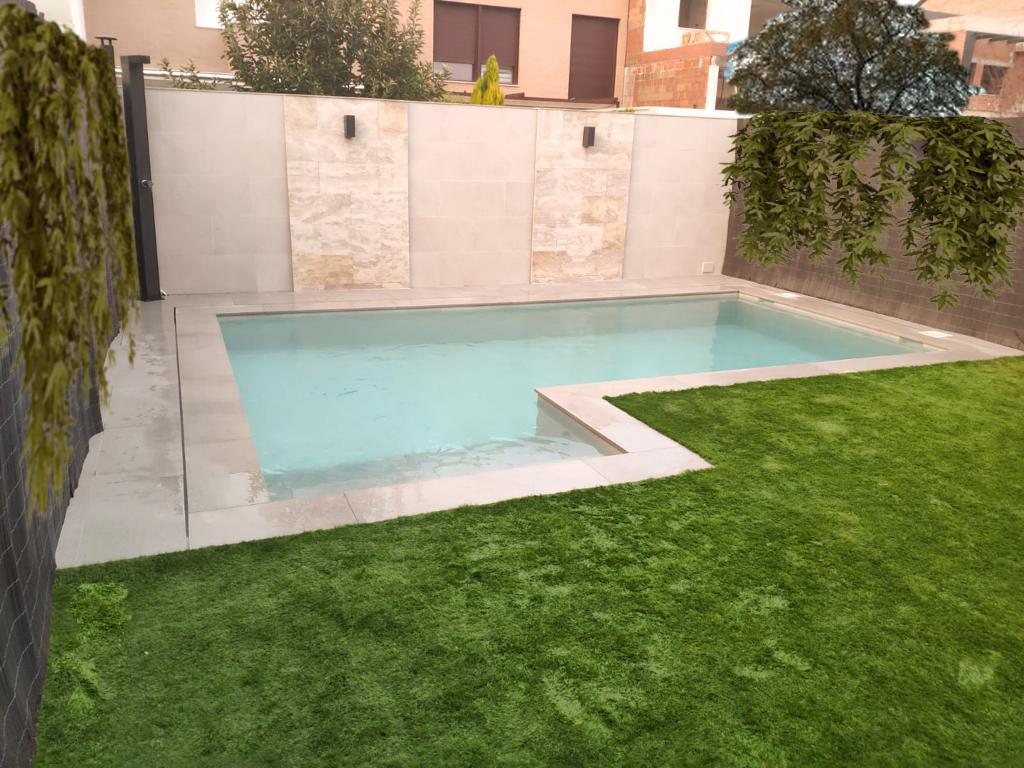 Piscina de obra en jardín de chalet adosado en Madrid