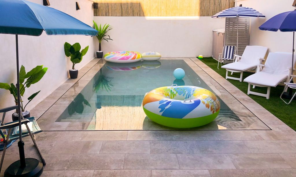 Pequeña piscina desbordante