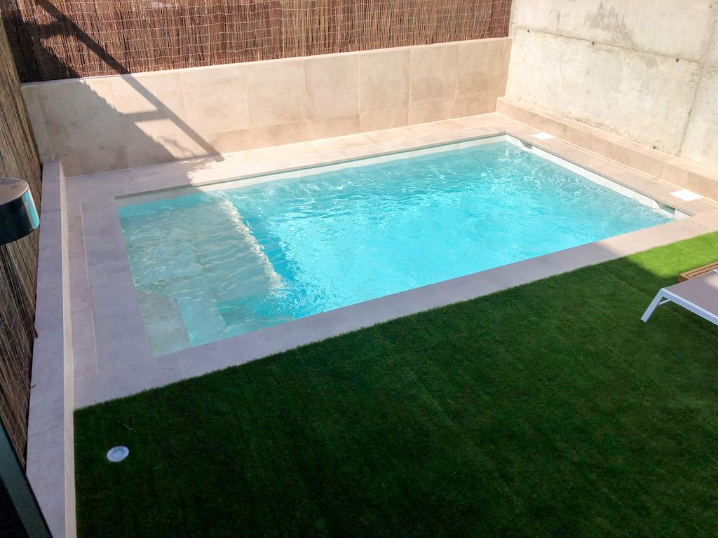 Pequeña piscina porcelánica