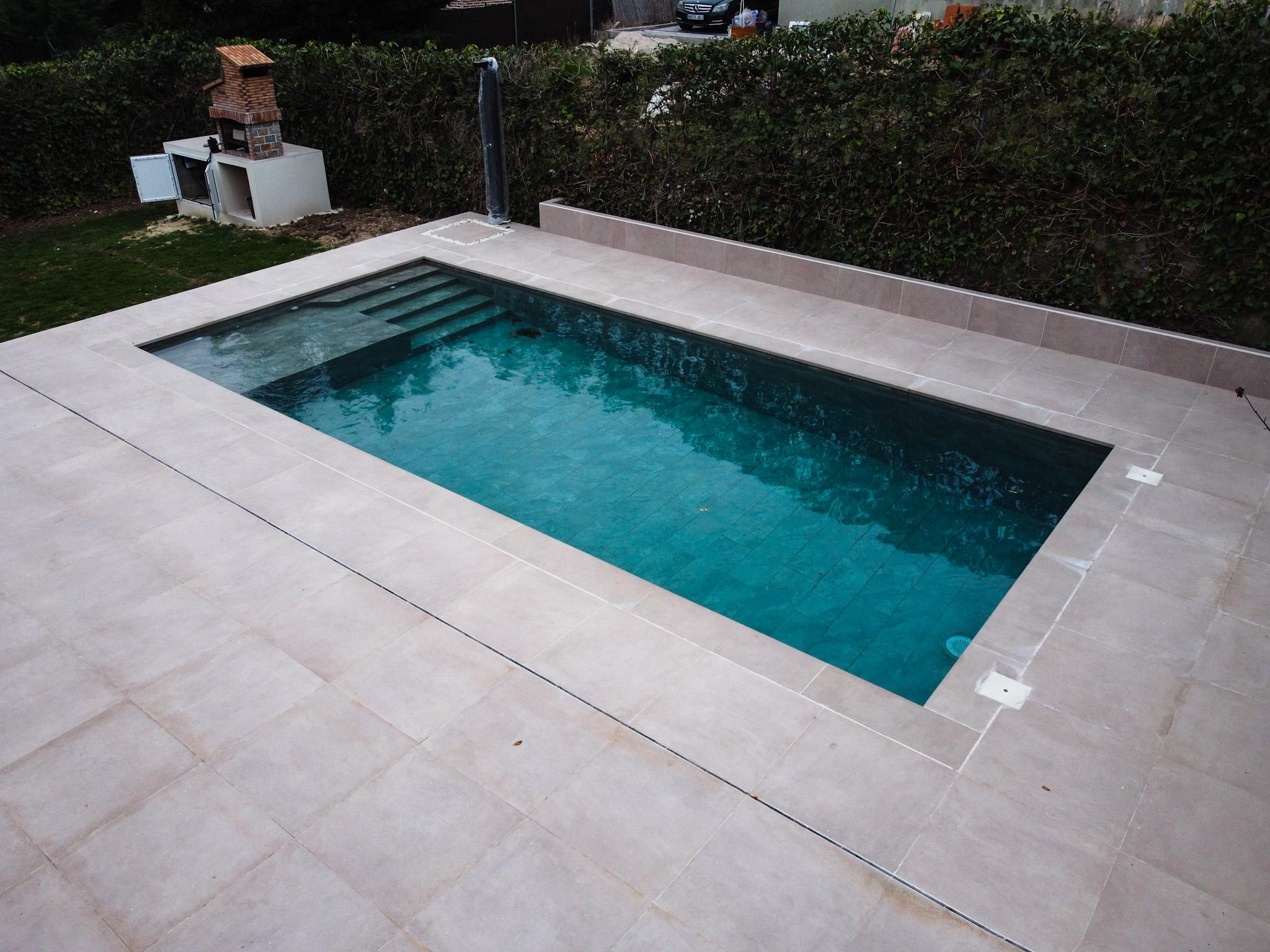 Caseta de obra junto a piscina