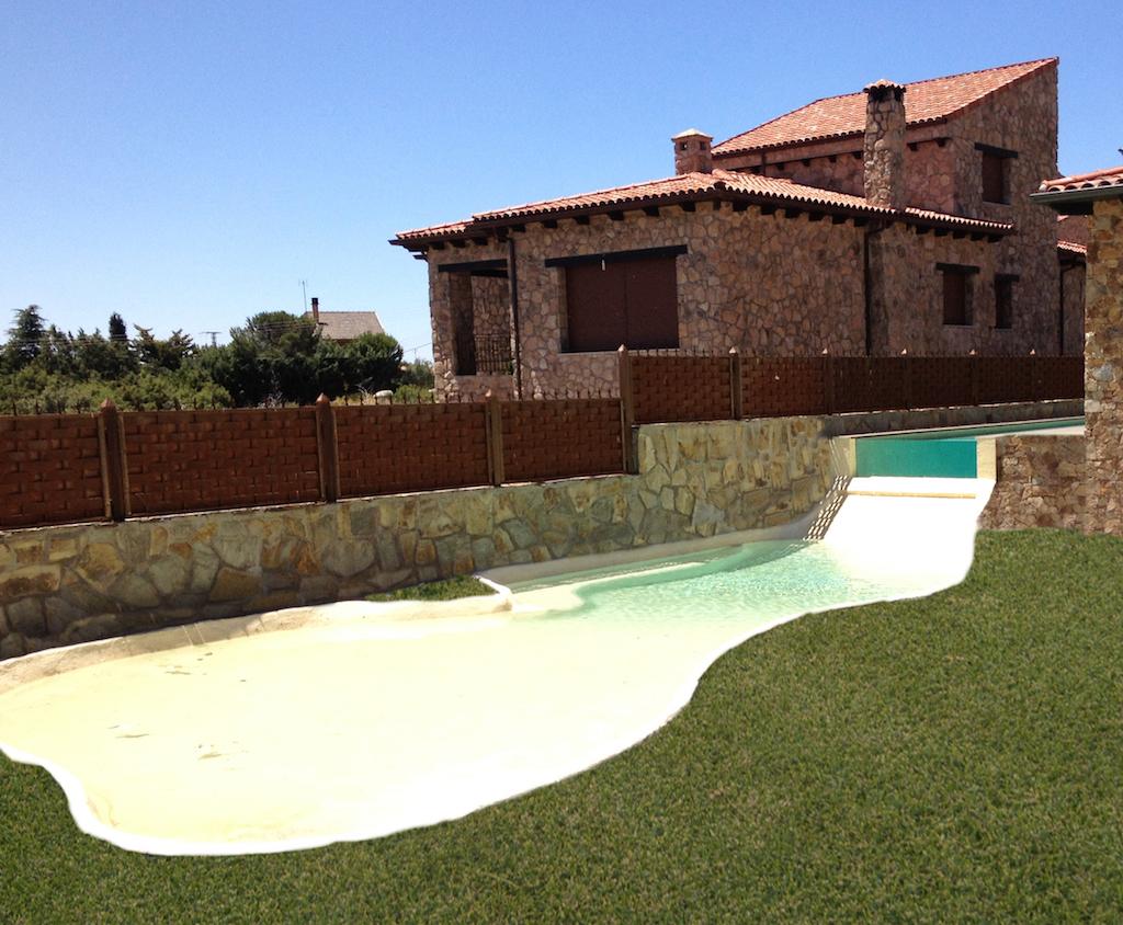 piscina desbordante sobre playa