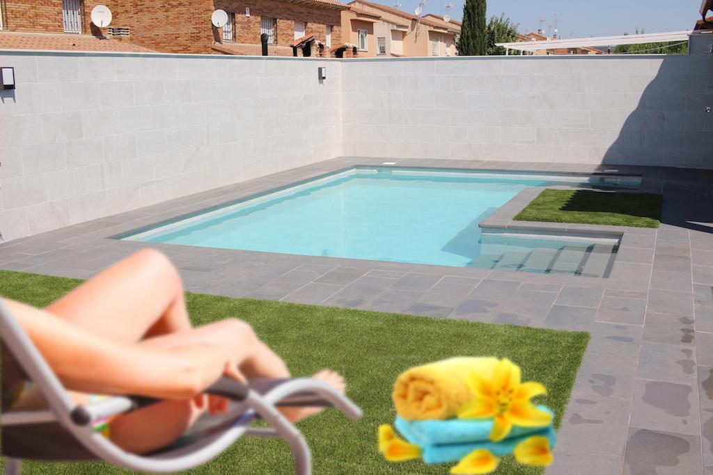 Jardín con piscina de diseño