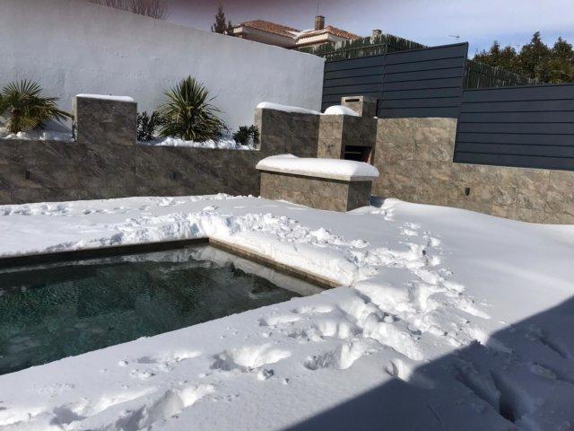 El agua de la piscina no debe congelarse para que no sufran daños ni el vaso, ni tuberías, ni la depuradora.