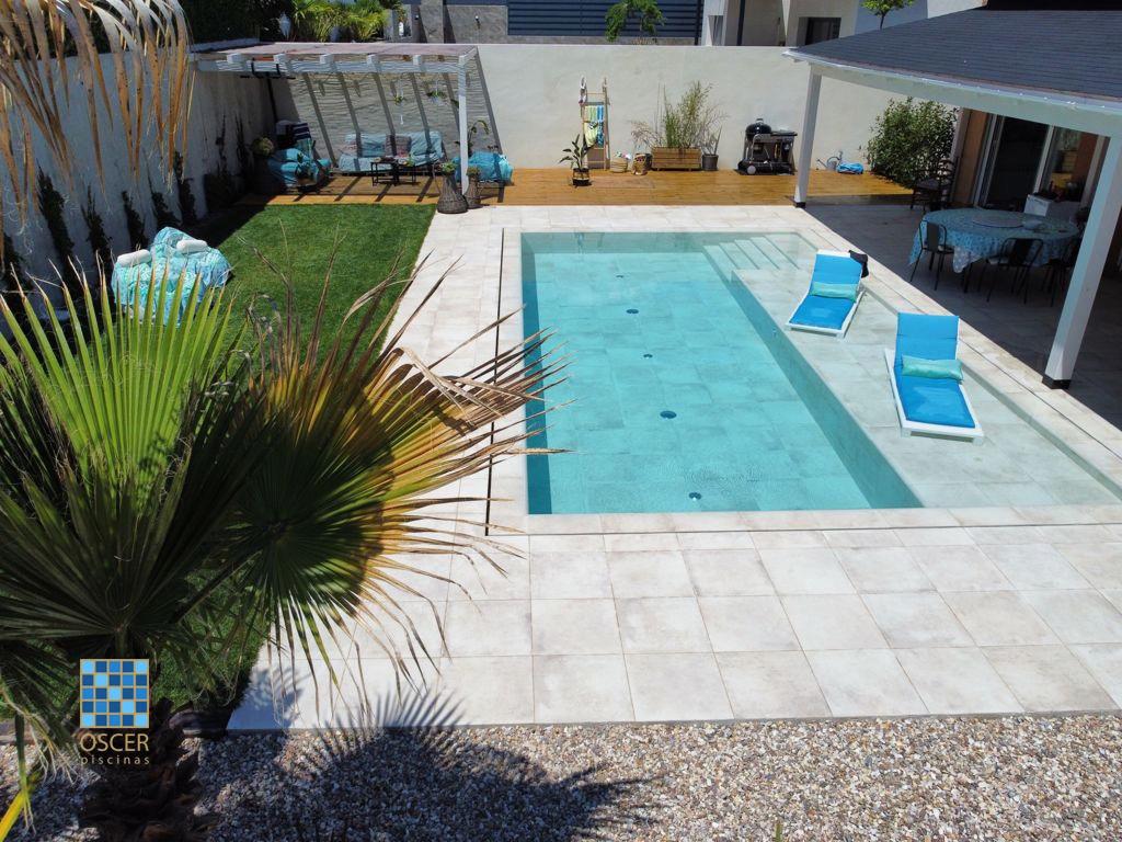 Escalera de obra con cama de agua en largo de piscina