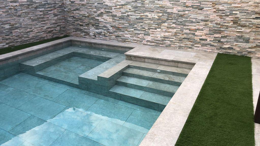 Spa en interior de piscina